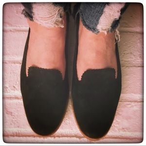 💛 UGG Black Suede Scalloped Edge Flats